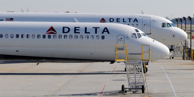 US airlines confront cheap oil's flip side: costly hedges