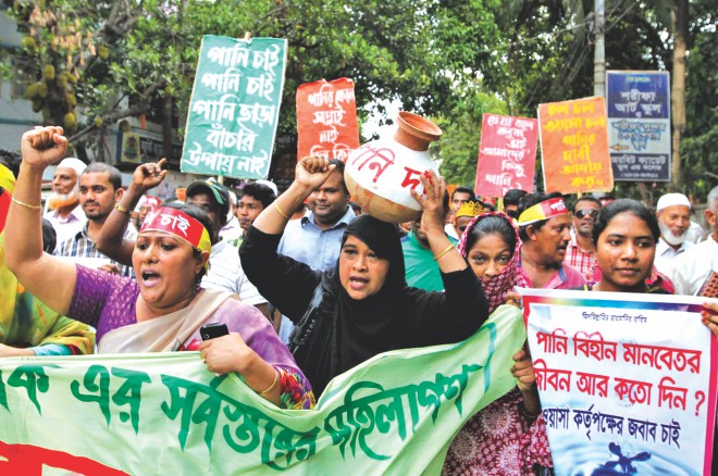 A few hundred residents of Halishahar area brings out a procession from the press club area in Chittagong city yesterday, demanding adequate supply of water from the Water Supply and Sewerage Authority (Wasa). They marched towards the Wasa office and staged a protest before it for some time, carrying festoons, banners and empty pitchers emblazoned with their demands. Photo: Anurup Kanti Das