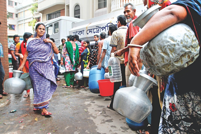 People of Shyampur queue up at Faridabad Abasan Gate as a Dhaka Metropolitan Police tanker delivers water yesterday. Photo: Anisur Rahman