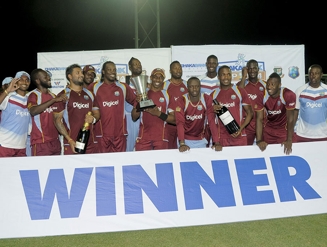 West Indies captain Bravo and his men with the series trophy, West Indies v Bangladesh, 3rd ODI, Basseterre, St Kitts, August 25, 2014. Photo: WICB Media Photo