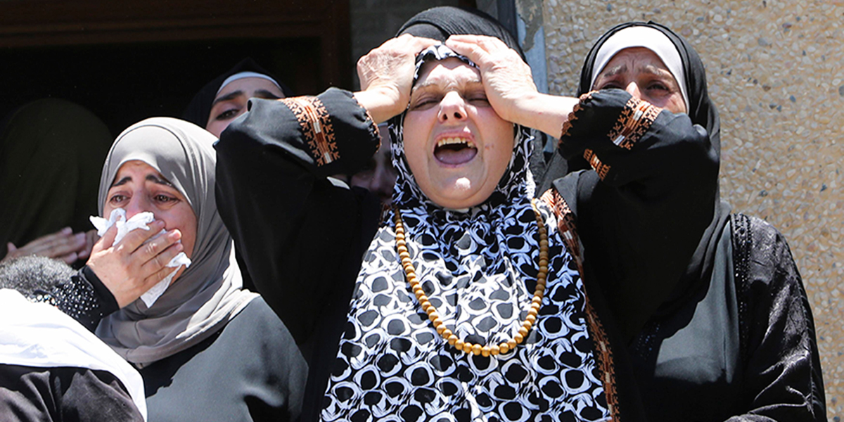 Relatives of Palestinian Tayyeb Shehada, whom medics said was killed during clashes with Israeli troops on Friday, mourn during his funeral in the West Bank town of Hawara near Nablus July 26, 2014. Photo: Reuters