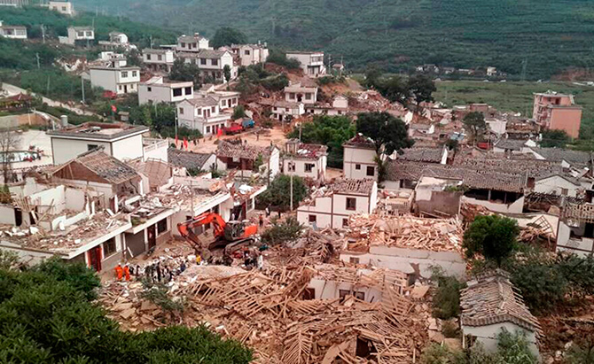 A general view shows collapsed houses after an earthquake hit Ludian county, Yunnan province August 3, 2014. Photo: Reuters