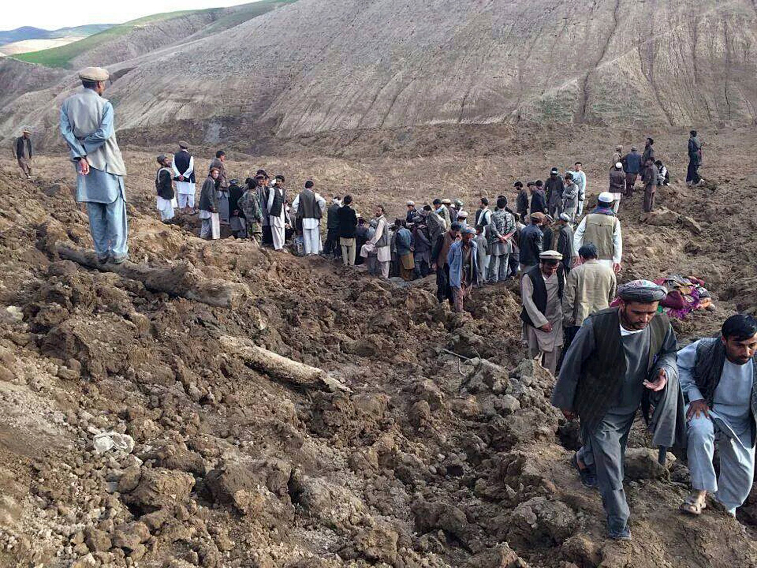Afghan villagers gather at the site of a landslide at the Argo district in Badakhshan province, on Friday. More than 2,000 people are trapped after a landslide smashed into a village in a remote mountainous area of northeastern Afghanistan, a spokesman for the local governor said, prompting a massive search and rescue effort. Photo: Reuters