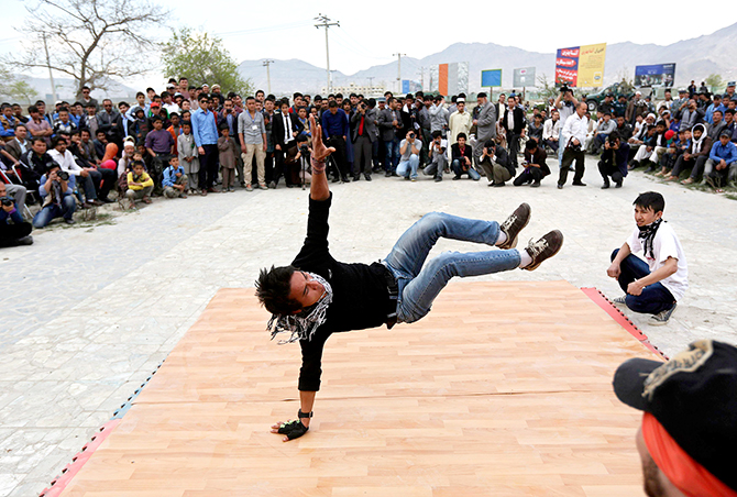 An Afghan man breakdances during a gathering celebrating the peaceful elections in Kabul, April 17, 2014. Photo: Reuters file