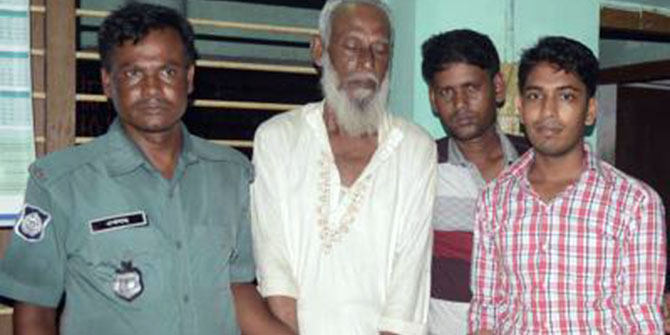 Law enforcers arrest accused war criminal Akram Hossain Khan (second from left) from Rajshahi on early Friday. Photo: Prothom Alo