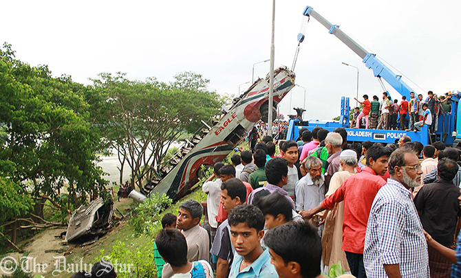 A police wrecker truck drags out the crushed Eagle Paribahan bus from a roadside ditch beside Dhaka-Barisal Highway in Ujirpur upazila of Barisal on Sunday morning. Photo: Star