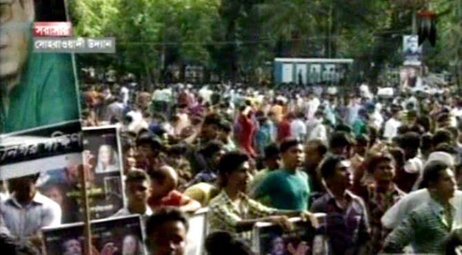 Leaders and activists of Bangladesh Chhatra League throng the rally venue at Suhrawardi Uddyan Sunday afternoon. Photo: TV grab