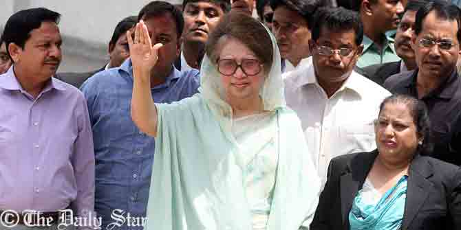 BNP Chairperson Khaleda Zia waves hand to her supporters when reached at a court premises in Dhaka around 1:05pm Wednesday in connection with Zia Orphanage and Zia Charitable Trust graft cases. Photo: Palash Khan