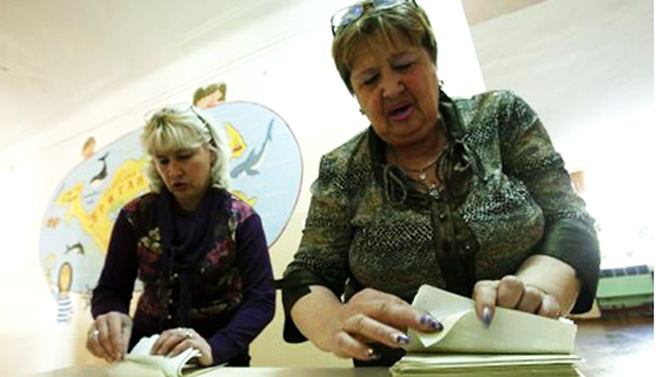 Election commission officials count ballots ahead a referendum at the polling station in the Crimean town of Simferopol March 15, 2014. Photo: Reuters