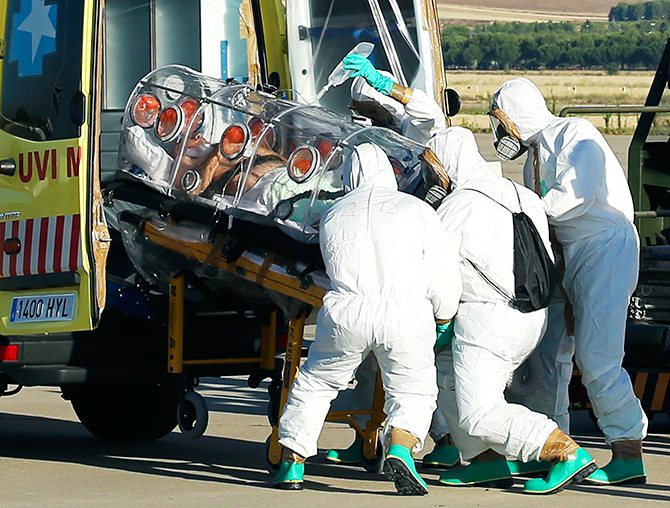 Health workers load an Ebola patient into an ambulance on the tarmac of Torrejon airbase in Madrid, after he was repatriated from Liberia for treatment in Spain, August 7, 2014. Photo: Reuters