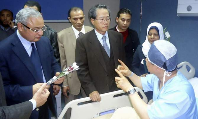 South Korea's Consul to Egypt Lim Wan Shun (C) and Egyptian Tourism Minister Hisham Zaazou (L) talk to a Korean tourist who was injured in a blast on a bus in Taba, at a hospital in Sharm El-Sheik hospital, southern Sinai, February 17, 2014.