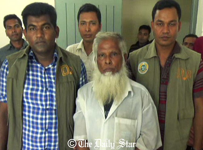Detectives arrest a war crimes suspect, Md Forkan Mallik (c) in Barisal town on Wednesday morning. Photo: Star