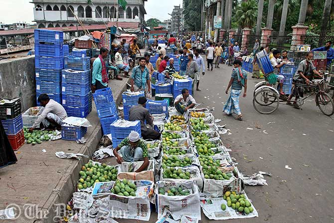 Fruit whole sellers in the capital witness a very few customers in the wake anti-formalin drive by law enforcers yesterday. Photo: Star