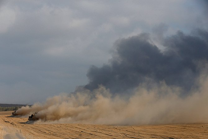 Israeli armoured personnel carriers (APCs) drive outside the central Gaza Strip July 31, 2014. Photo: Reuters