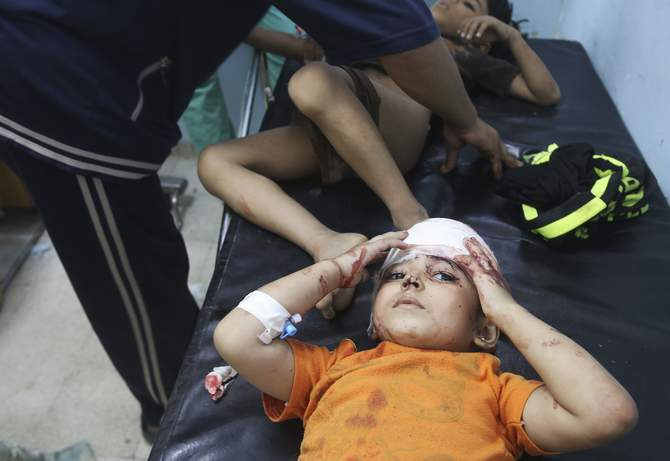 A Palestinian girl, whom medics said was wounded in an Israeli air strike, lies on a bed as she receives treatment at a hospital in Khan Younis in the southern Gaza Strip August 8, 2014. Photo: Reuters