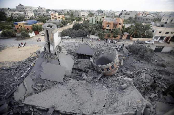 Palestinians gather around the remains of a mosque, which witnesses said was destroyed in an Israeli air strike before a 72-hour truce, in Khan Younis in the southern Gaza Strip August 11, 2014. Photo: Reuters