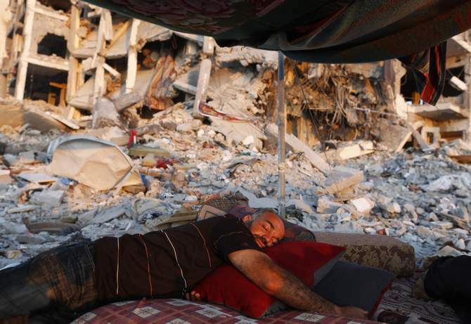 A Palestinian man sleeps in a tent outside his apartment, which witnesses said was destroyed in an Israeli offensive, during a 72-hour truce in Beit Lahiya town in the northern Gaza Strip August 11, 2014. Photo: Reuters