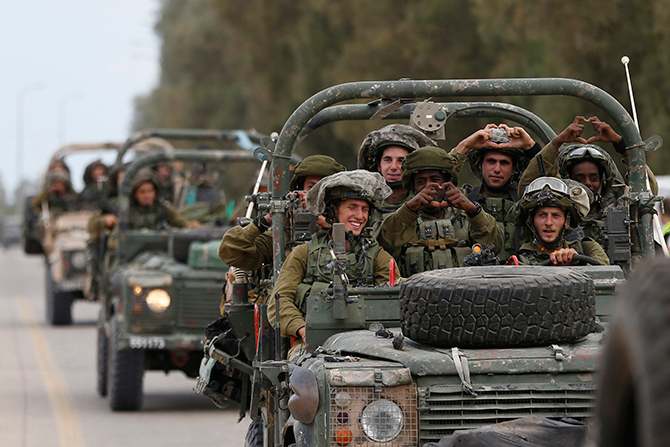 Israeli soldiers ride army jeeps near Sufa, outside the southern Gaza Strip July 17, 2014. Photo: Reuters