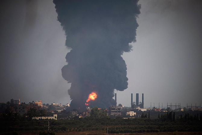 A huge plume of Smoke rises in the central Gaza Strip July 29, 2014. Israel's military pounded targets in the Gaza Strip on Tuesday after Prime Minister Benjamin Netanyahu said his country should prepare for a long conflict in the Palestinian enclave, squashing any hopes of a swift end to 22 days of fighting. Photo: Reuters