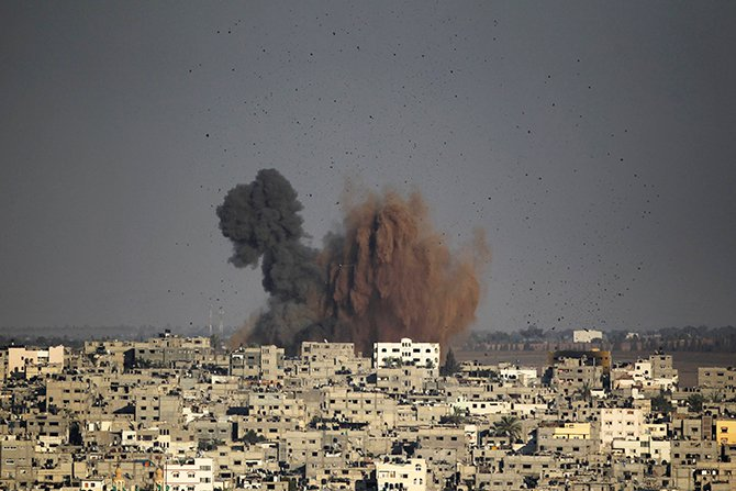 Smoke rises after an explosion in what witnesses said was an Israeli air strike in Gaza August 10, 2014. Photo: Reuters