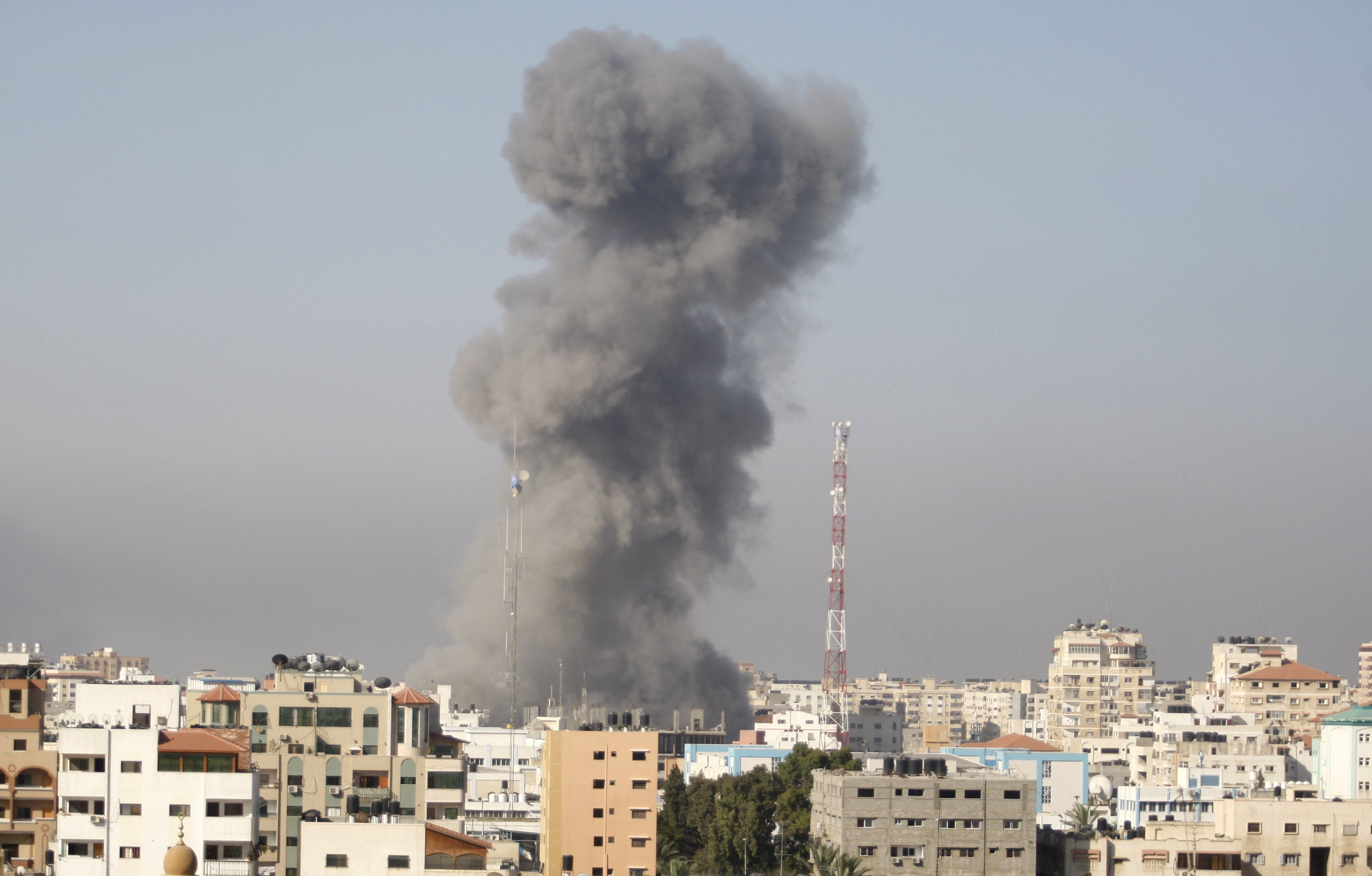 Smoke rises following what witnesses said was an Israeli air strike in Gaza City July 30, 2014. Israeli fire killed at least 43 Palestinians in the Gaza Strip early on Wednesday as the Jewish state said it targeted Islamist militants at dozens of sites across the coastal enclave, while Egyptian mediators prepared a revised ceasefire proposal. Photo: Reuters
