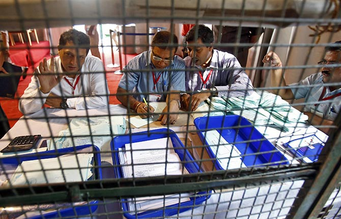 Polling officials count postal ballots at a counting centre in New Delhi May 16, 2014. Photo: Reuters