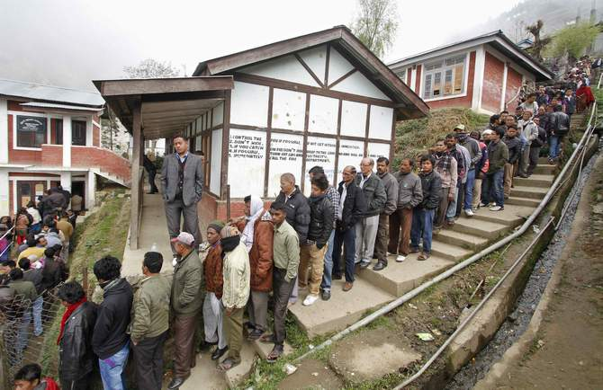 People stand in line to cast their votes at Bomdila town in the northeastern Indian state of Arunachal Pradesh April 9, 2014. Photo: Reuters