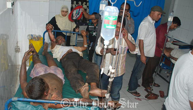 Victims of the Patenga Jamuna oil depot fire take treatment at the CMCH in Chittagong on Friday. Photo: Star
