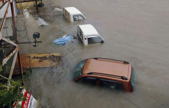 Stranded cars are seen in floodwater caused by Typhoon Halong in Kochi, western Japan in this photo taken by Kyodo August 10, 2014. Typhoon Halong killed one person in Japan on Sunday and injured 33, media said, as authorities ordered 1.6 million people out of the path of the storm that battered the west of the country with heavy rain and wind. Photo: Reuters