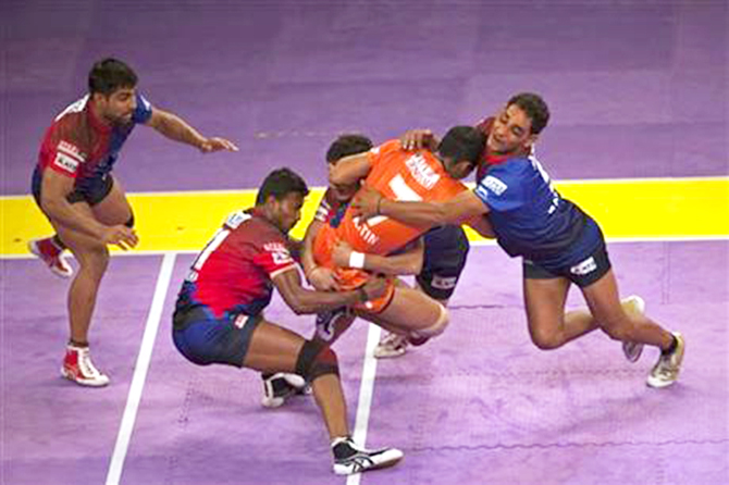 Dabang Delhi players grab a Bengal Warriors player, second from right, during their Pro Kabaddi League match in New Delhi on Aug 6, 2014. Photo: AP