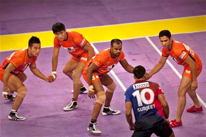 Bengal Warriors players try to catch a Dabang Delhi player (10) during their Pro Kabaddi League match in New Delhi, India on Aug 6, 2014. Photo: AP