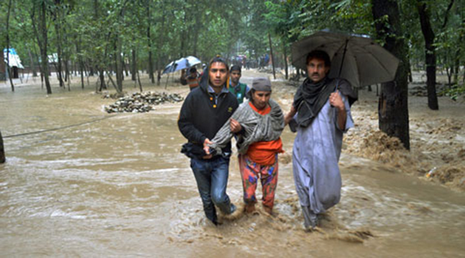 Locals rescuing flood-affected villagers of Mirbaazar in Kulgam district after heavy rains deluged the village on Wednesday. Photo taken from The Indian Express/PTI