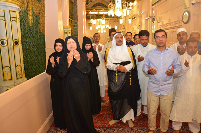 BNP chief Khaleda Zia, her son Tarique Rahman and their family members and relatives offer fateha at the holy Rawja Mubarak of Prophet Hazrat Muhammad (pbuh) in Madina today. Photo: Courtesy