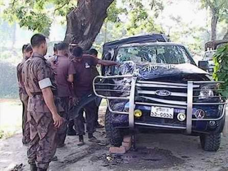 Bangladesh Border Guard personnel look at their damaged pick-up van that crashed with a roadside tree in Jugia-Kanabeel area in Kushtia town early Sunday. Six of their colleagues sustain injuries in the accident. Photo: STAR