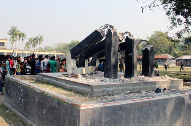 The 46-year old Shaheed Minar on Joduboyra High School ground in Kumarkhali upazila of Kushtia is seen in a mangled condition after miscreants vandalised it early today. Photo: STAR