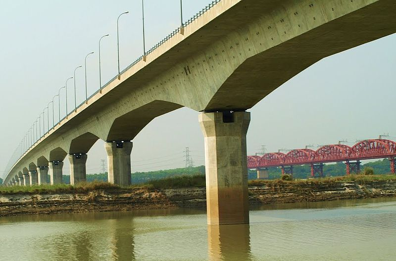Lalon Shah Bridge on Padma river in Pakshey area of Ishwardi upazila of Pabna district. Photo taken from Wikimedia commons.