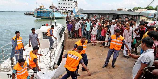 Coast Guard members recover a body at Mawa Ghat in Lauhajang upazila of Munshiganj on Friday. The body was of the missing victims of Pinak-6 that capsized in Padma river on Monday. Photo: STAR