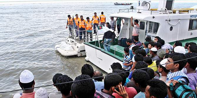 Relatives and locals gather at Mawa Ghat in Lauhajang upazila of Munshiganj after divers recover a body on Friday, five days after the fatal launch capsize in Padma. Photo: STAR