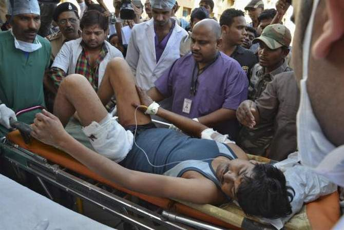 An injured Indian Central Reserve Police Force personnel is taken to a hospital at Raipur in the eastern Indian state of Chhattisgarh March 11, 2014. Photo: Reuters