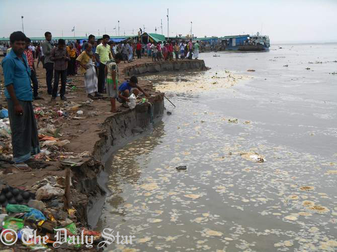 People gather on the bank of Padma river at Mawa Ghat in Munshiganj after river bank erosion. Photo: STAR