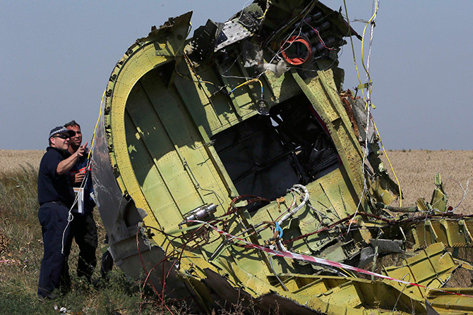 Members of a group of international experts inspect wreckage at the site where the downed Malaysia Airlines flight MH17 crashed, near the village of Hrabove (Grabovo) in Donetsk region, eastern Ukraine August 1, 2014. Photo: Reuters