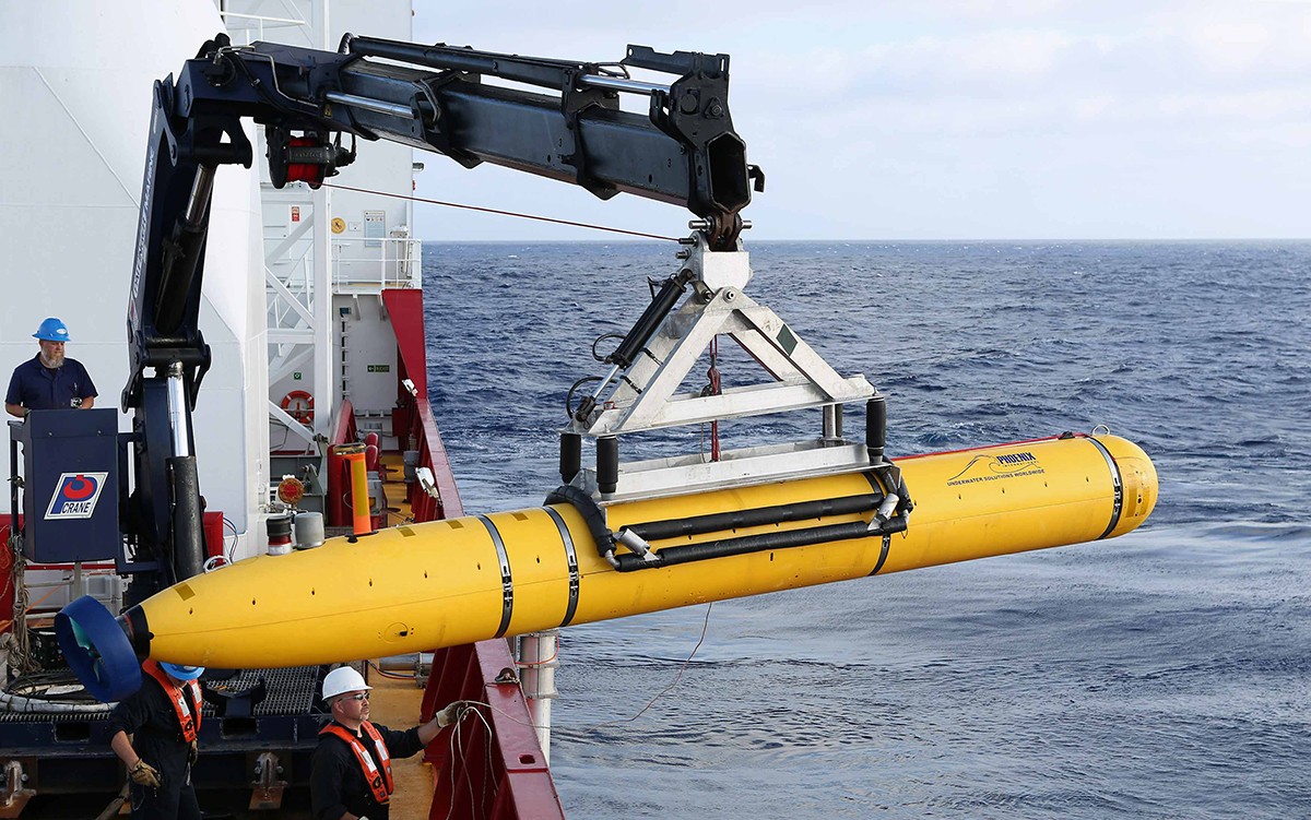 Crew aboard the Australian Defence Vessel Ocean Shield move the US Navy's Bluefin-21 autonomous underwater vehicle into position for deployment in the southern Indian Ocean to look for the missing Malaysia Airlines flight MH370, April 14, 2014. Photo: Reuters