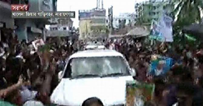 Narayanganj people stand on the roads to welcome BNP Chairperson Khaleda Zia after she reaches the district Tuesday. Photo: TV grab