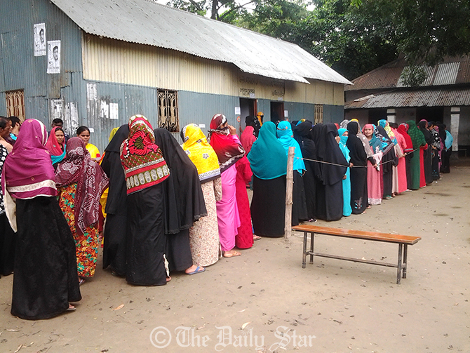 Female voters queue for casting their votes in the Narayanganj 5 by-polls at Gharmora Government Primary School polling centre in Bandar upazila in Narayanganj on Thursday. Photo: Rashed Shumon
