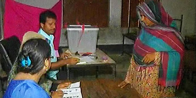 Voting in the Narayanganj 5 by-polls has been going on at a poling centre in Narayanganj on Thursday. Photo: TV grab