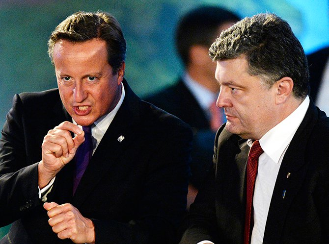 Ukrainian President Petro Poroshenko (R) and British Prime Minister David Cameron talk at the NATO-Ukraine meeting during the NATO Summit at the Celtic Manor Resort in Newport, Wales, September 4, 2014. Photo: Reuters