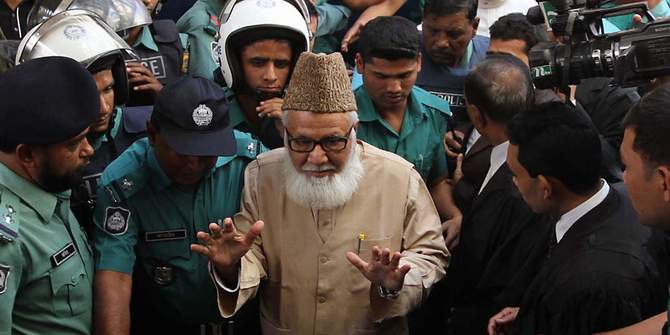 This undated file photo shows Jamaat-e-Islami leader Motiur Rahman Nizami (c) being taken before a court.