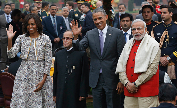 1.US President Barack Obama and first lady Michelle Obama wave as they pose with India's President Pranab Mukherjee (2nd L) and Prime Minister Narendra Modi (R) during a home reception with several hundred Indian political and cultural figures at the Rashtrapati Bhavan presidential palace in New Delhi January 26, 2015. Photo: Reuters