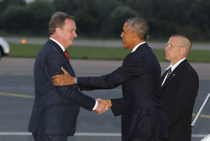 US President Barack Obama (C) is greeted by Estonia's Foreign Minister Urmas Paet after arriving at Tallinn Airport in Tallinn, September 3, 2014. Photo: Reuters