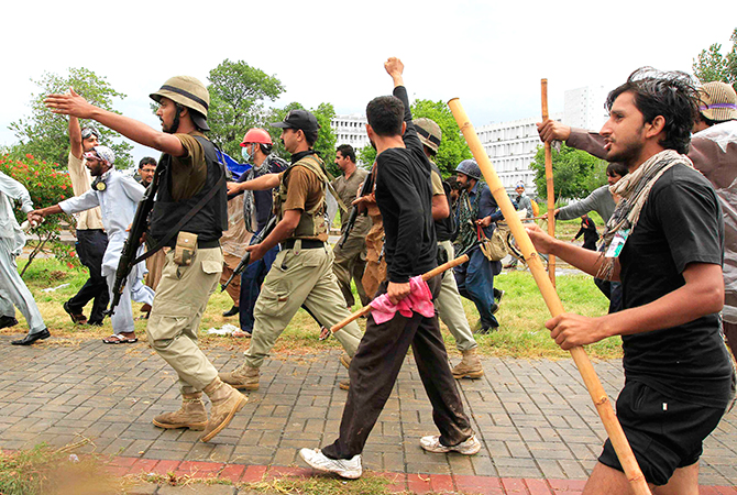 Anti-government protesters chant while walking with soldiers from the Pakistan Rangers during the Revolution March towards prime ministers house in Islamabad September 1, 2014. Photo: Reuters